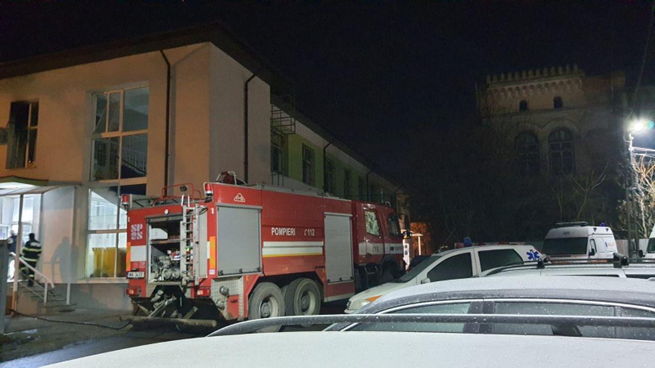 Incendiu la Spitalul Municipal din Roman. Mai mulţi pacienţi, evacuaţi de urgenţă. A fost activat planul roşu de intervenţie