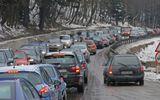 Aglomeraţie în drum spre munte. Mii de români au început deja minivacanţa de 1 decembrie