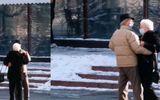 Un cuplu de vârstnici din Piatra Neamț, dans în plină stradă. Momentele cu cei doi bătrâni fericiţi au devenit virale: Rar mai vezi așa ceva – VIDEO