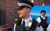 Români puşi pe distracţie în Londra, trimişi acasă de un poliţist de origine română. Reacţia tinerilor când poliţistul le vorbeşte pe limba lor VIDEO