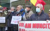 Pensionarii din Galați protestează în fața Ministerului Muncii. Bătrânii cer mărirea pensiei