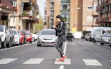 Amenzi pentru pietonii care folosesc telefonul în timp ce traversează strada