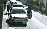 Doi hoţi au furat o maşină de peste 40.000 de euro în 30 de secunde VIDEO