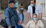 Poveste de dragoste în vreme de pandemie. Un bărbat s-a vaccinat pentru a putea pleca cu soţia la tratament în străinătate