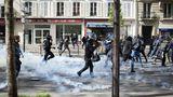 Protesteviolente în Franța. Asediu pe străzi după ce anarhiștii au distrus magazine şi mai multe mașini