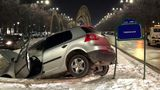 Un şofer a plonjat cu maşina într-o fântână arteziană de la Piaţa Unirii