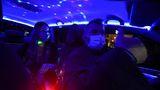 Şi-a transformat taxiul în club de noapte ca să ridice moralul clienţilor. VIDEO