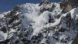 Avalanşă în Bucegi. Două persoane au fost prinse sub zăpadă. O turistă e dată dispărută!