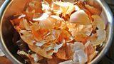 Cojile de ceapă, un remediu naturist excepţional pentru multe boli atunci când nu ajung la gunoi