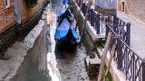 Celebrele canale din Veneţia au rămas fără apă. Gondolele stau în noroi VIDEO