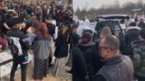 Înmormântare cu peste 100 de persoane pentru un tânăr mort de COVID. Lăutari și dedicații în cimitir