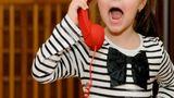 O fetiţă de nouă ani a sunat de urgenţă la 112, după ce a găsit un portofel pe o bancă. Conversaţia cu autorităţile, delicioasă: Nu l-aş lăsa aici să îl fure cineva!