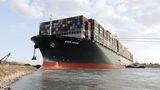 Nava Ever Given se află încă în Canalul Suez, la trei săptămâni după ce a fost deblocată. Se are în vedere descărcarea celor 18.000 de containere