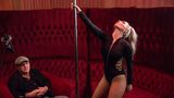 JO face striptease pentru Florin Călinescu. Artista s-a înroșit toată