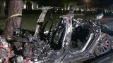 Tesla, implicată într-un accident grav. O maşină fără şofer a luat foc după ce a intrat într-un copac, doi bărbaţi şi-au pierdut viaţa