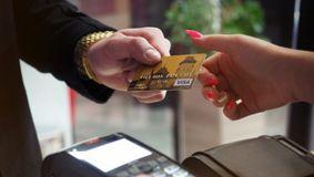 Lovitură pentru cei care au cont la bancă! Poți rămâne fără banii de pe card în câteva secunde. NU face asta sub nicio formă