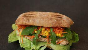 Ce s-a găsit în sandvișurile cu ton! Alertă la un cunoscut fast-food