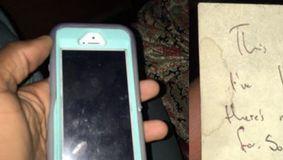A găsit un telefon pe stradă iar când s-a uitat mai bine, A INCREMENIT! Pe spatele telefonului, era lipit un mesaj. Ce cuvinte erau scrise pe bilet