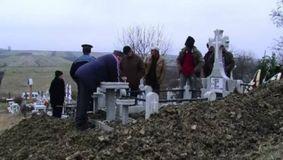 Ce-au găsit într-un cavou din Vâlcea după 21 de ani? Fata murise de SIDA, dar la dezgropare au avut un șoc...
