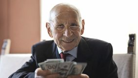 Prima pensie poate fi primită mai devreme! Ce condiții trebuie să respecte pensionarii români