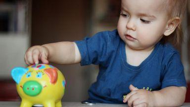 Cum va fi acordat stimulentul pentru părinţii care se întorc la muncă înainte de finalizarea concediului de creştere a copilului. Proiectul, în dezbatere