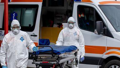 Moarte subită pentru un polițist. A fost găsit în pat cu gâtul tăiat de flex