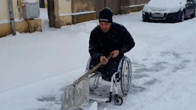De-a dreptul emoționant. Un bărbat în scaun cu rotile a fost filmat în timp ce curăța zăpada din curte