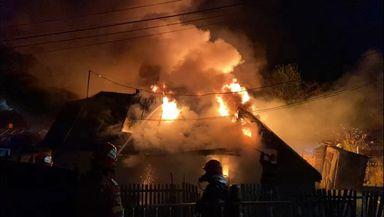 Incendiu puternic în Neamț. Un bebeluș de 5 luni a murit, alți trei minori au fost evacuați