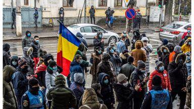 Proteste la sediile PNL şi USR. Oamenii sunt nemulţumiţi de actuala guvernare. Dan Barna, huiduit de protestatari