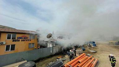 Incendiu puternic în Capitală. Un service auto a izbucnit în flăcări. Un SMURD şi mai mute autospeciale au intervenit de urgenţă!