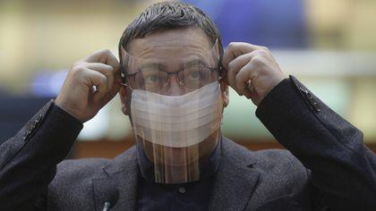 """Victor Ponta, nemilos cu Vlad Voiculescu. """"A apărut deodată de la Viena. Nici nu are şcoală acolo. Unchiul din Elveţia face afaceri cu medicamente"""""""