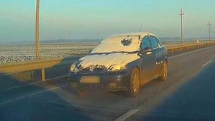Imagini halucinante pe un drum național din România. Şofer kamikaze, filmat mergând cu peste 100 km la oră cu parbrizul acoperit de zăpadă