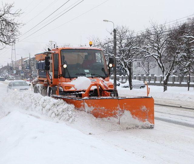 Primăria Capitalei, pregătită pentru marea ninsoare: 2.600 de operatori, 654 de utilaje și peste 24.000 de tone de material antiderapant puse la bătaie pentru deszăpezire