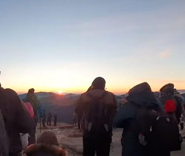"""Aglomeraţie de nedescris pe platoul Bucegi. Sute de persoane au sărbătorit fără măsuri restrictive """"Ziua Sfinxului"""""""