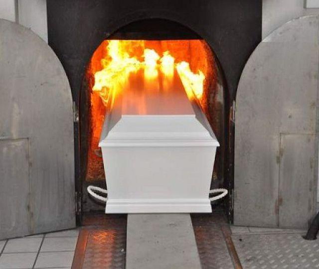 Un crematoriu din Germania lucrează non-stop. Mesajul directorului pentru coronasceptici: Veniți să ne ajutați să mutăm sicriele