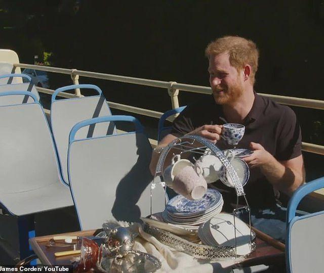 Circ penibil cu Prinţul Harry, în Los Angeles. A cântat pe stradă piesa din Prinţul din Bel Air şi a dezvăluit amănunte din viaţa intimă VIDEO