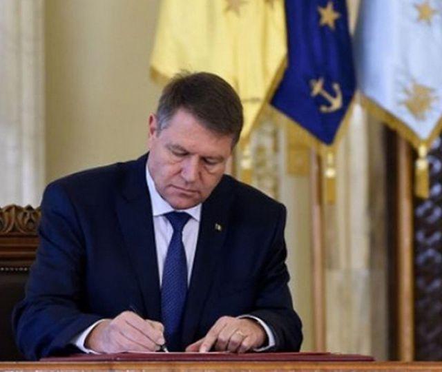 Klaus Iohannis, mişcare în timpul şedinţei PNL. Preşedintele României a promulgat nu mai puţin de 10 legi
