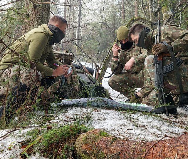Soldaţii români se pregătesc de război. Se antrenează zi şi noapte pe teren accidentat, în zone împădurite FOTO